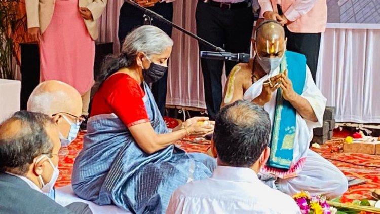 केंद्रीय वित्त और कॉरपोरेट कार्य मंत्री श्रीमती निर्मला सीतारमण ने आयकर विभाग के कार्यालय भवन की आधारशिला रखी